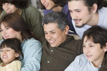 ソファの上のヒスパニック系の家族の肖像画 写真素材