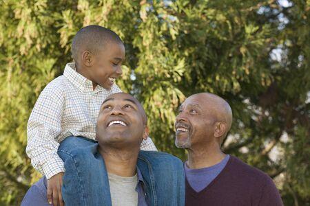 abuelo: Abuelo africano, padre e hijo en el parque