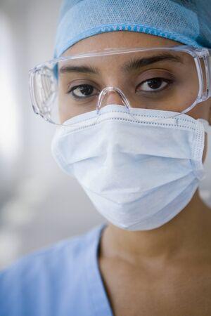 quir�rgico: Mujeres m�dico que llevaba una m�scara quir�rgica LANG_EVOIMAGES