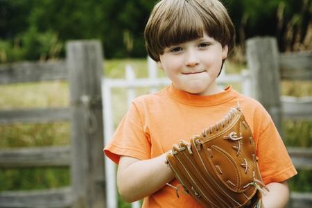 guante de beisbol: Muchacho que desgasta el guante de béisbol
