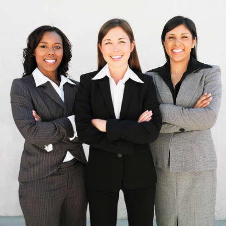 Multi-ethnische Unternehmerinnen mit verschränkten Armen LANG_EVOIMAGES