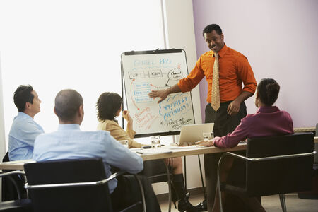 afroamericanas: Hombre de negocios africano que da la presentaci�n