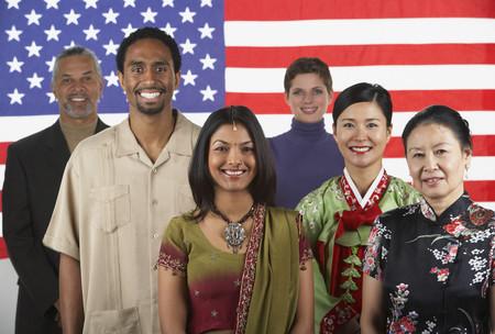 민족 - 민족 사람들이 미국 국기 앞에 서서 스톡 콘텐츠