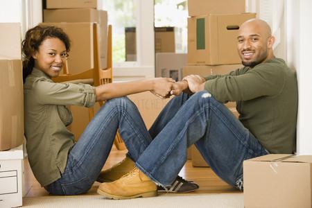 新しい家でアフリカのカップル