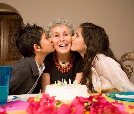 peruvian ethnicity: Mujer mayor que celebra el cumplea�os con sus nietos
