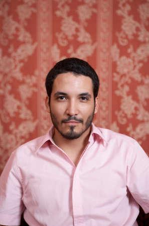 seated man: Retrato del hombre hispánico