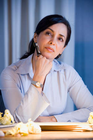 Hispanische Geschäftsfrau Denken LANG_EVOIMAGES