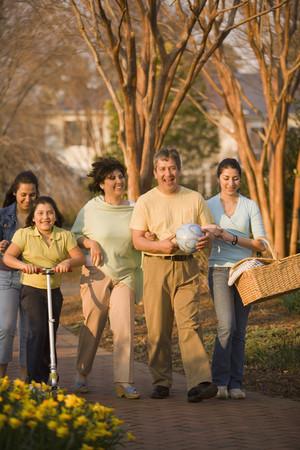 Hispanische Familie, die in Park LANG_EVOIMAGES