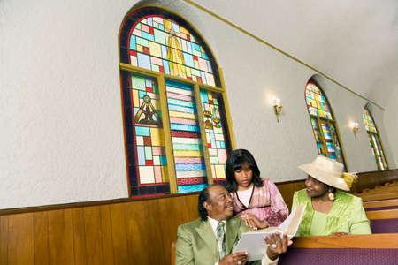 personas leyendo: Pueblo afroamericano de lectura en la iglesia LANG_EVOIMAGES