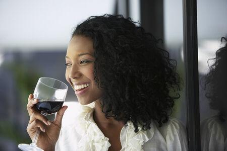 mujer decepcionada: Sudamericana de beber vino LANG_EVOIMAGES