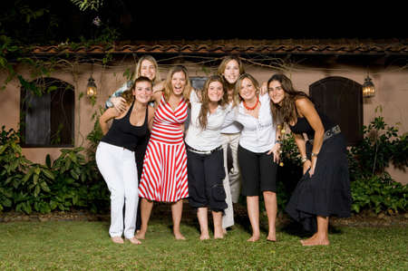 Gruppe der hispanischen Frauen umarmen