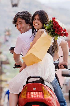 honeymooner: Pareja de hispanos en scooter