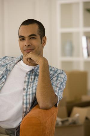 Junger Mann sitzen in neues Haus