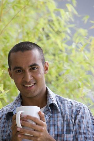 hombre tomando cafe: Young man drinking coffee
