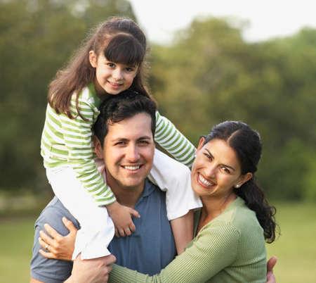 personas felices: Retrato de familia hispana