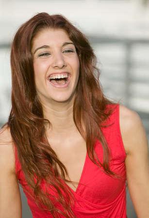 femme qui rit: Jeune femme hispanique rire