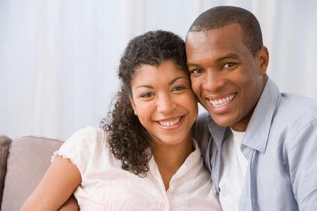 amigos abrazandose: Abrazo africano pareja estadounidense LANG_EVOIMAGES