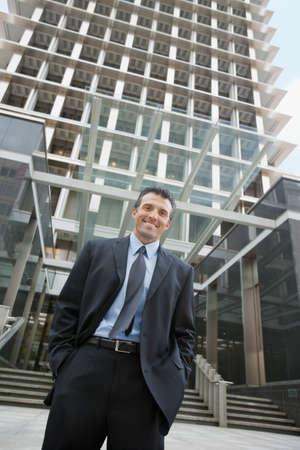 honeymooner: Hombre de negocios hispanos en frente del edificio LANG_EVOIMAGES