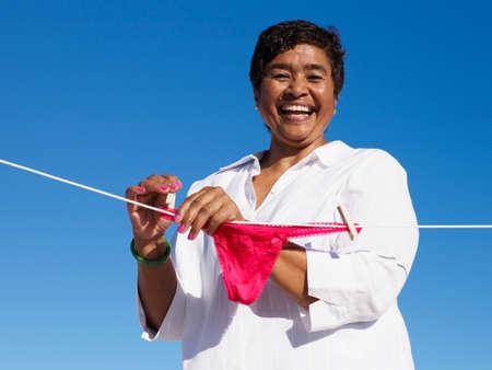 femme en sous vetements: Femme Métis sous-vêtements sur la ligne suspendue LANG_EVOIMAGES