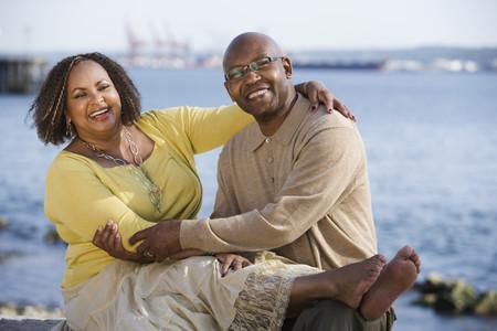 アフリカ系アメリカ人のカップルがハグ