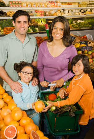 citrus family: Hispanic family shopping in grocery store LANG_EVOIMAGES