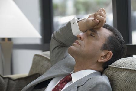 Spaanse zakenman op de sofa Stockfoto