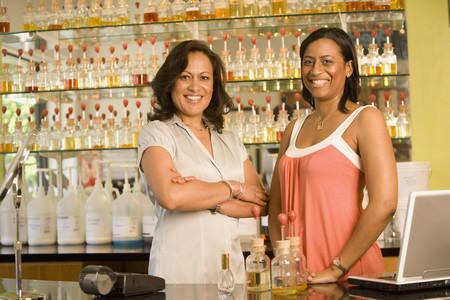 Multi-etnische vrouwelijke verkoop klerk bij parfumerie