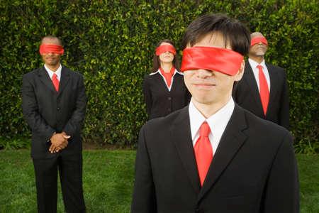 ojos vendados: Con los ojos vendados empresarios multi�tnica