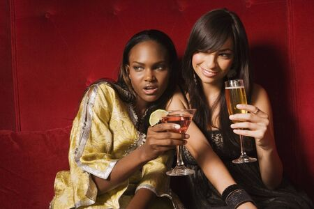 hauteur: Multi-ethnic women drinking cocktails LANG_EVOIMAGES