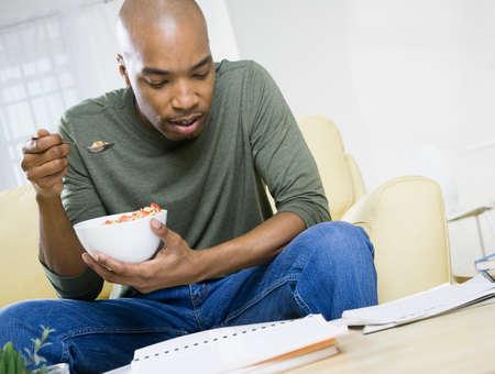 comiendo cereal: Cereales hombre comiendo afroamericano LANG_EVOIMAGES