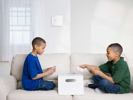 hermanos jugando: Hermanos afroamericanos jugando a las cartas