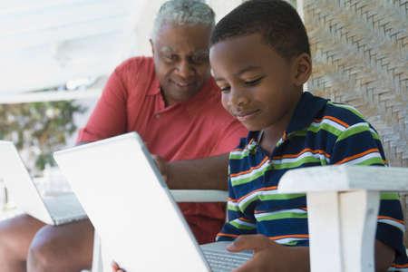 African American Großvater und Enkel Blick auf Laptop- LANG_EVOIMAGES