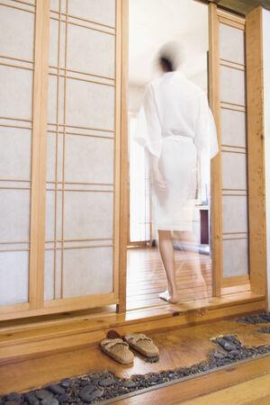 Femmes de race mixte marchant dans la salle de spa mur Shoji Banque d'images - 35737167