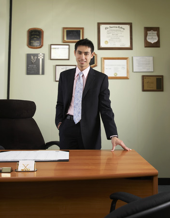 Asian businessman leaning on desk Imagens - 35737220
