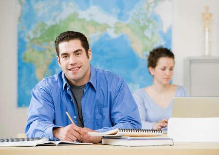 American Indian: Estudiante universitario hombre hispano estudiando en el escritorio