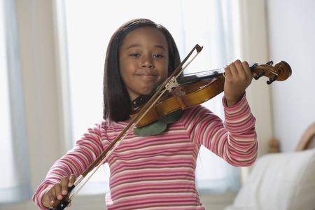 アフリカ系アメリカ人女の子演奏ヴァイオリン