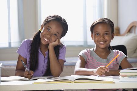 niÑos contentos: Hermanas afroamericanas que estudian