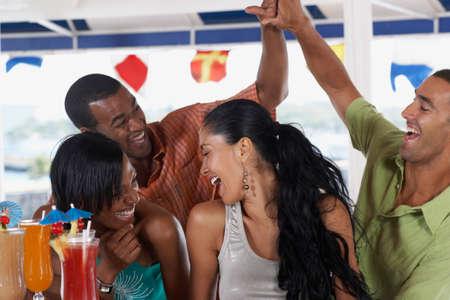 personas festejando: Parejas multiétnicos riendo
