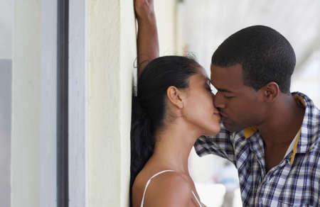 novios besandose: Pareja bes�ndose multi�tnica