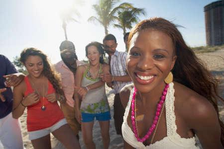 Hispanische Frau mit Freunden im Hintergrund