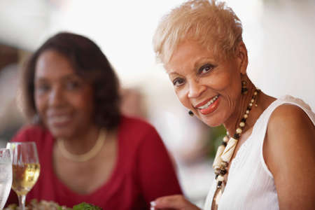 mujeres sentadas: Las mujeres afroamericanas superiores en restaurante LANG_EVOIMAGES