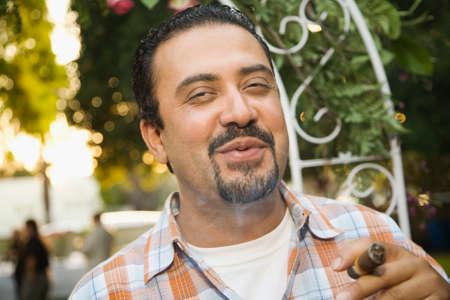 hombre fumando puro: Hombre hispano fumar cigarros