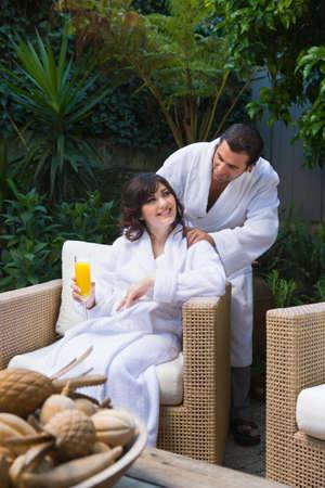 honeymooner: Multi-ethnic sonriente pareja el uno al otro