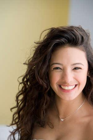 jeune fille adolescente nue: Fermez d'Hispanique adolescente souriante