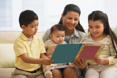ni�os latinos: Hispanic madre lee a los ni�os LANG_EVOIMAGES