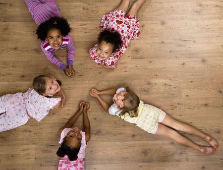 pijamada: Niñas multiétnicas que tienen fiesta de pijamas