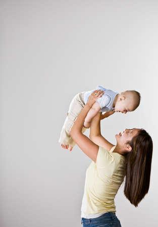 madre e figlio: Madre asiatica gioca con il bambino