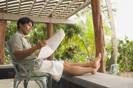 Aziatische man krant lezen