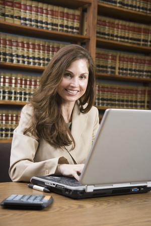 Spaanse vrouw te typen op laptop