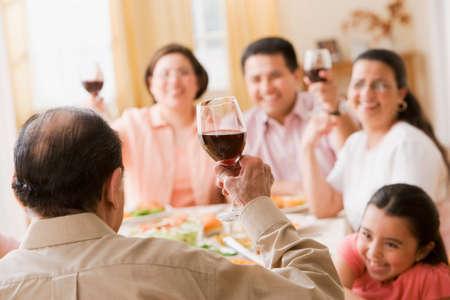 ni�os latinos: Familia hispana de tostar a mesa